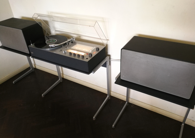 vintage braun audio 310-anthracite on vitsoe-kangaroo side table