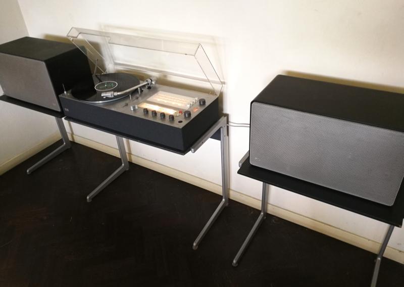 vintage braun audio 310 antracite L 625 speaker black on kangaroo vitsoe side table