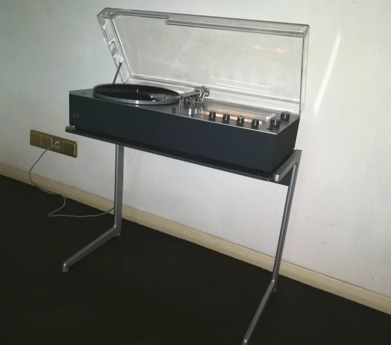 braun audio 310 in anthrazit mit kangaroo sidetable auch von dieter rams design
