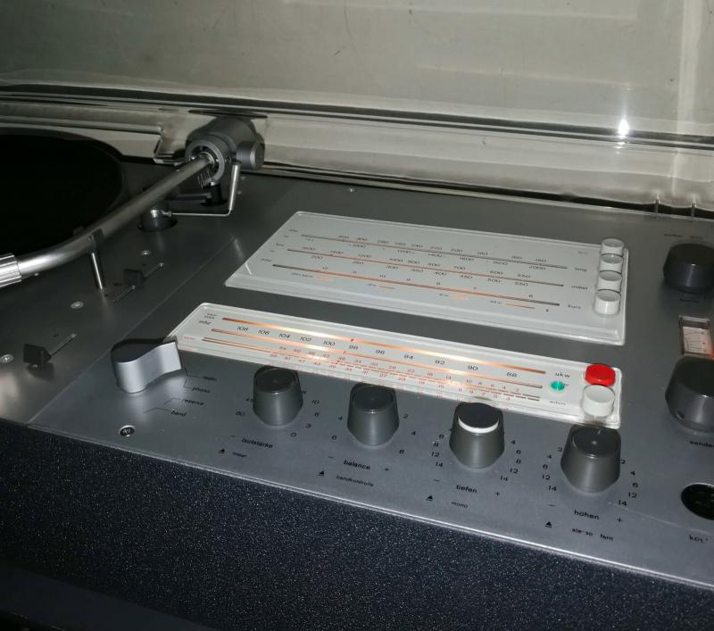 braun audio 310 in anthrazit mit kangaroo sidetable auch von dieter rams design